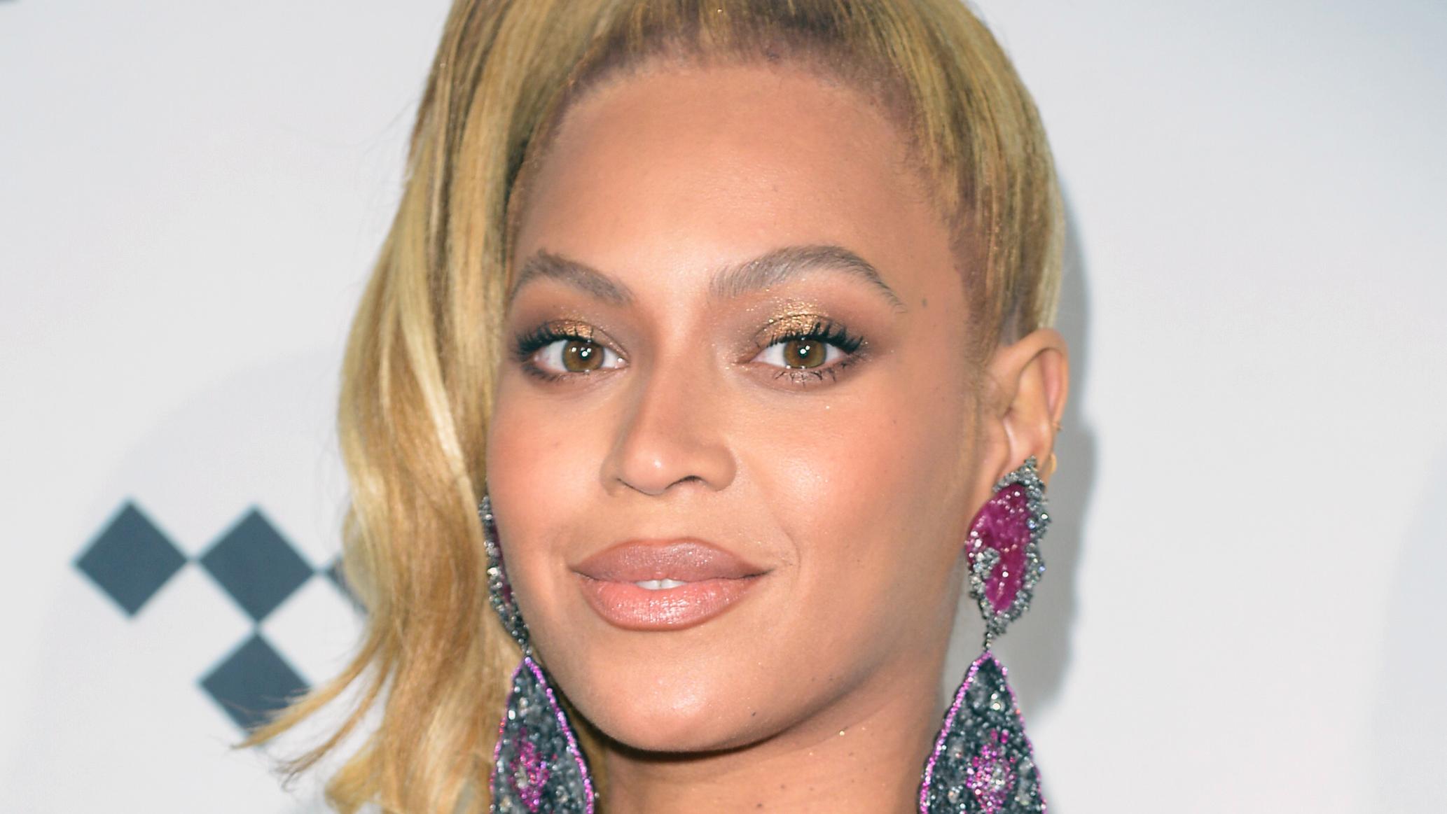 """Beyoncé muestra un gran escote y presume de sus curvas en el evento de """"Tidal X"""" (FOTOS)"""