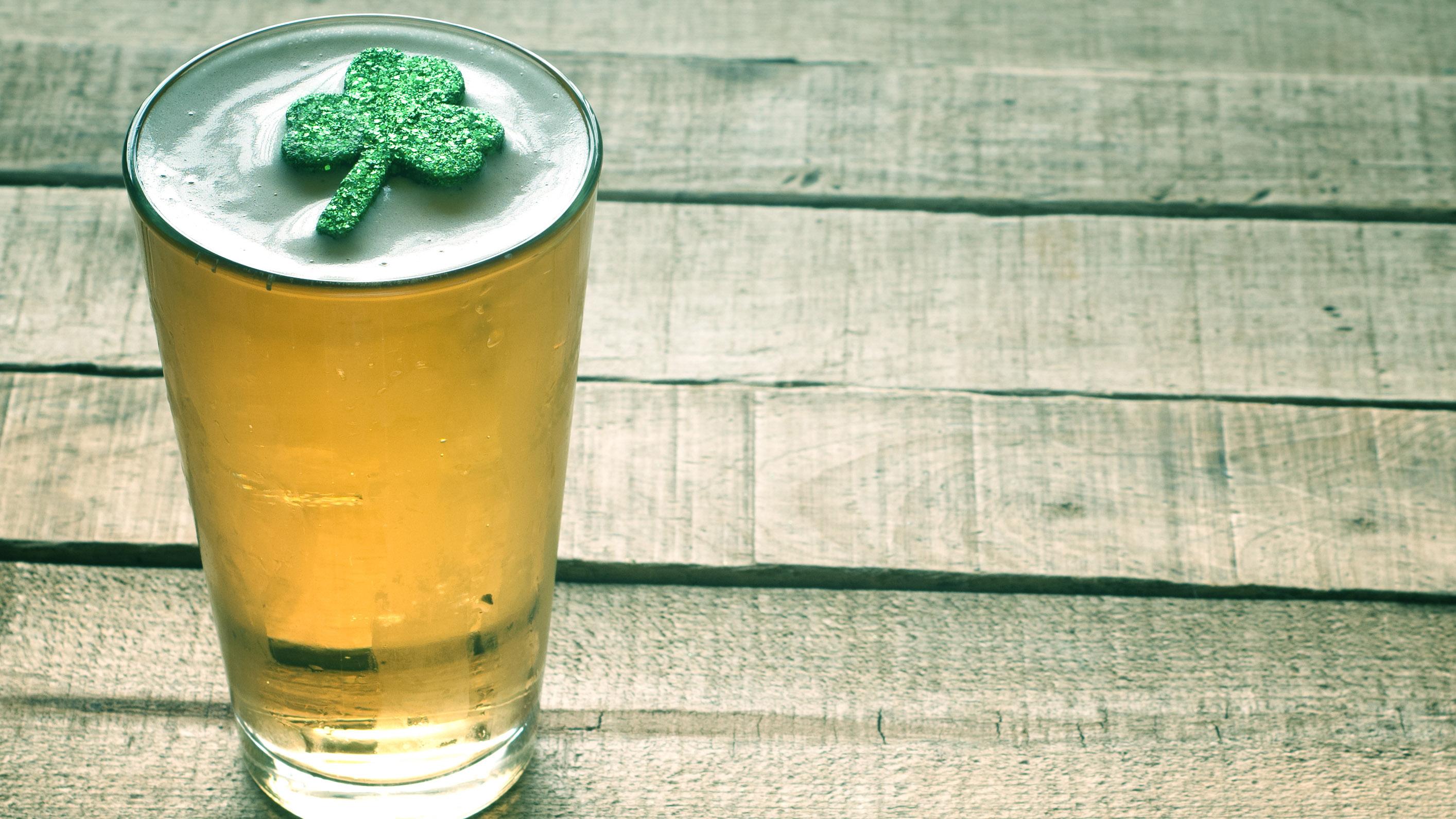 Vaso de cerveza con decoración de trébol