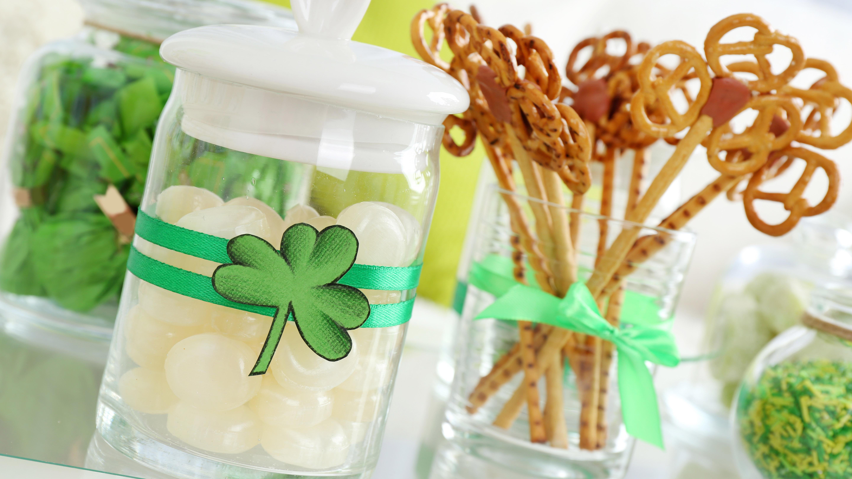 Envases con dulces decorados con motivo de St Patricks