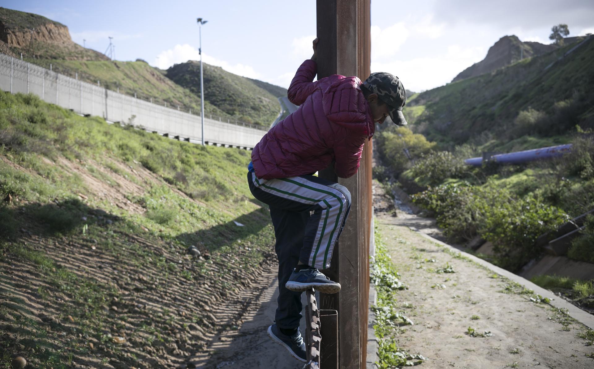 Image result for mexicanos a cruzar la frontera para vender su sangre en EEUU
