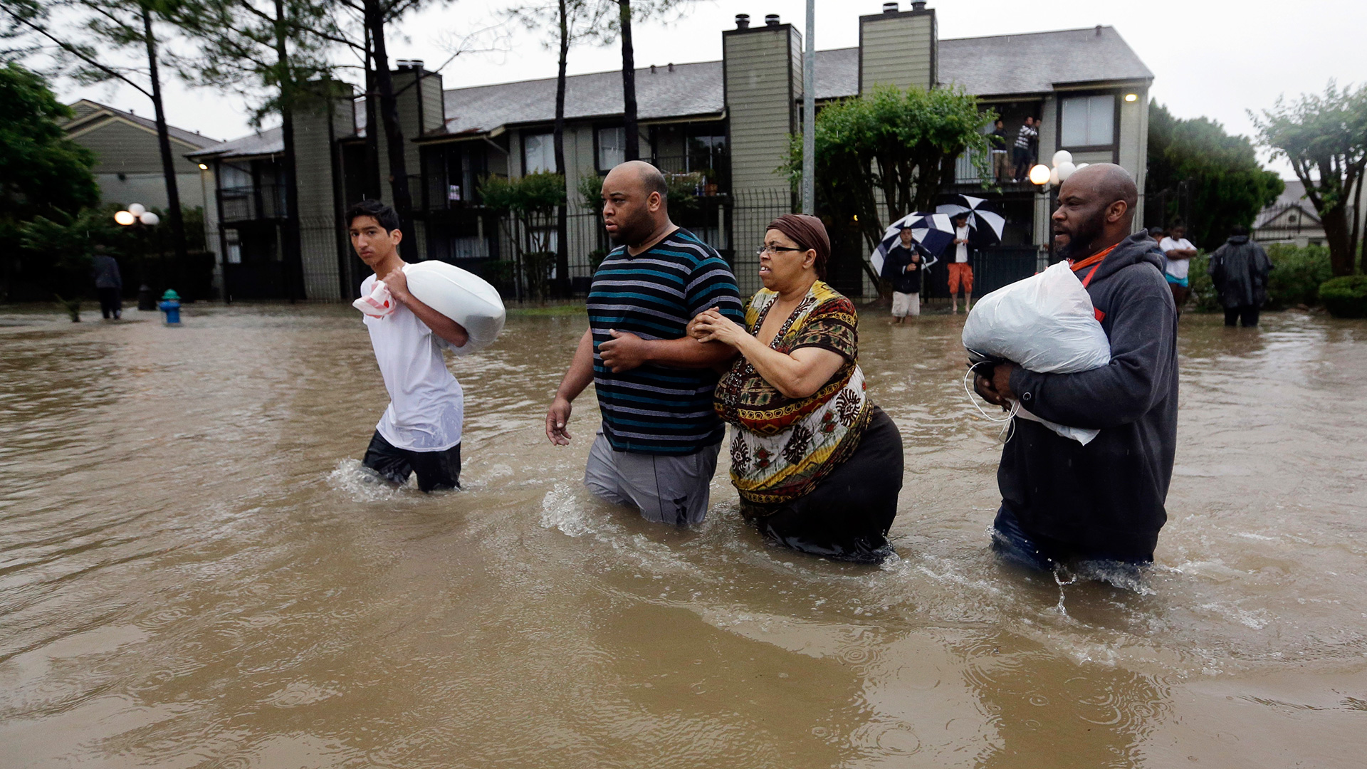 Inundaciones Y Lluvias Obligan A Evacuar En Houston Texas