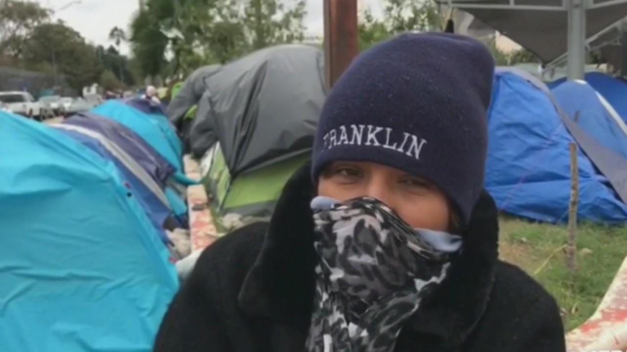 El frío extremo dificulta la situación de los migrantes en la frontera de México y EE. UU. - Telemundo