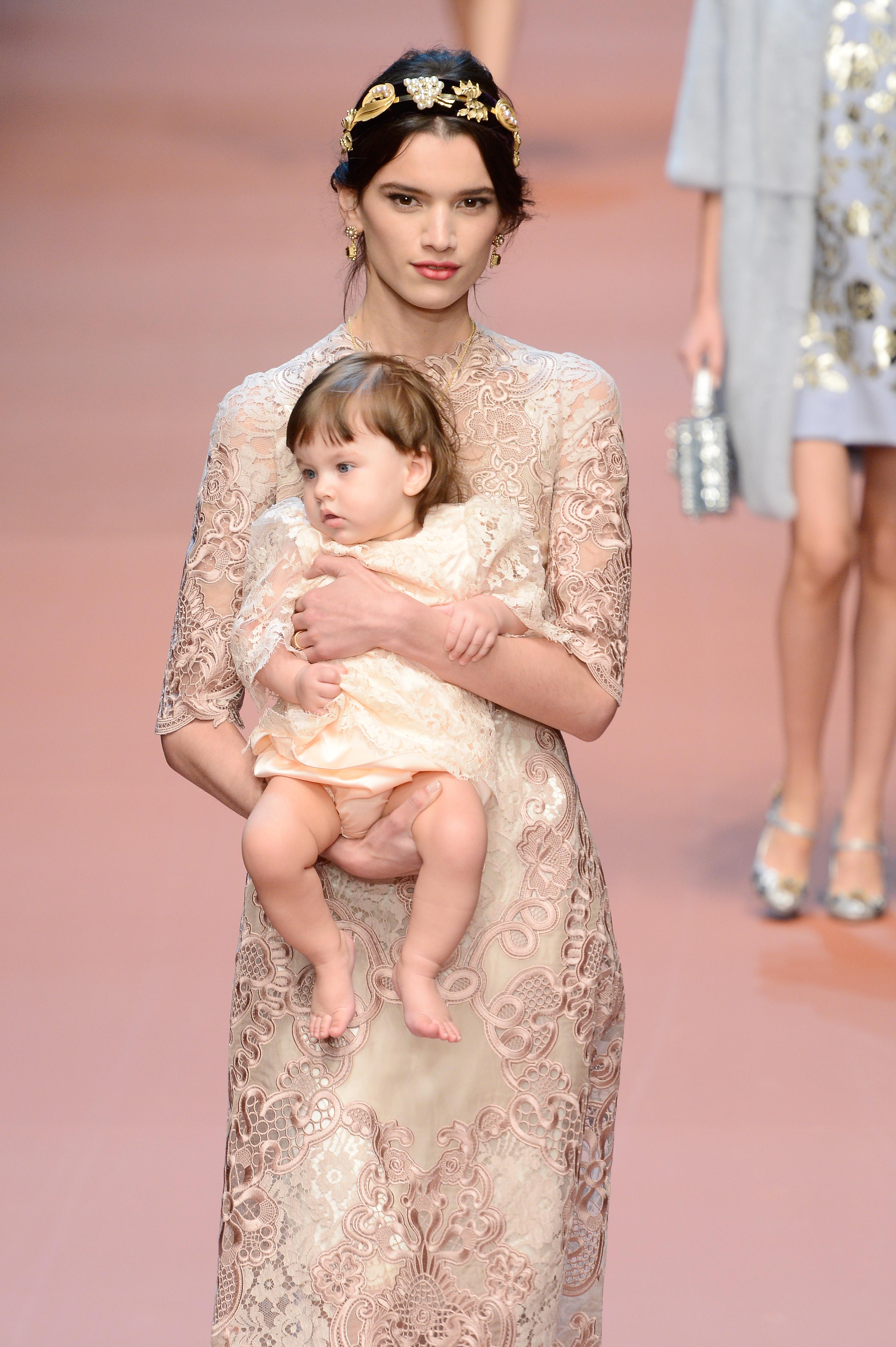 La marca de moda, Dolce & Gabbana, celebra la maternidad sobre la ...