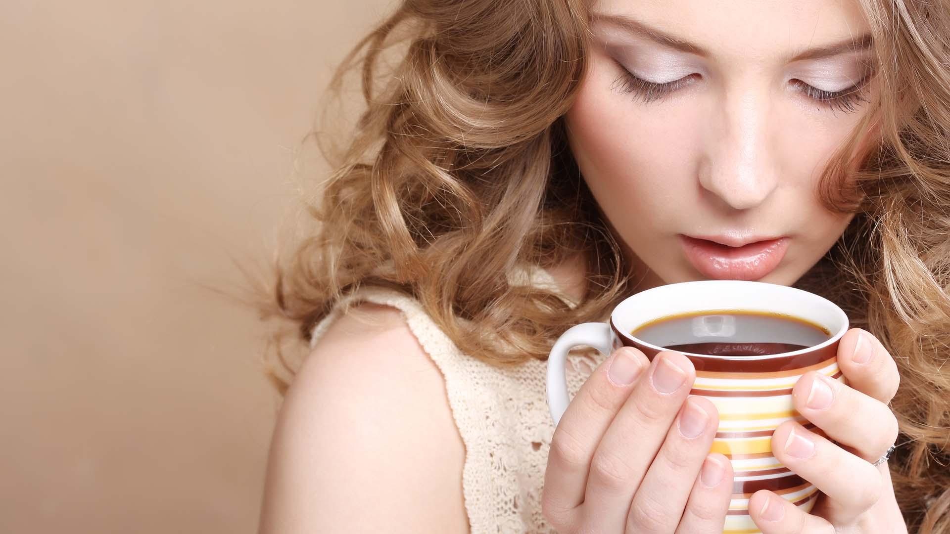 Resultado de imagen para persona bebiendo cafe