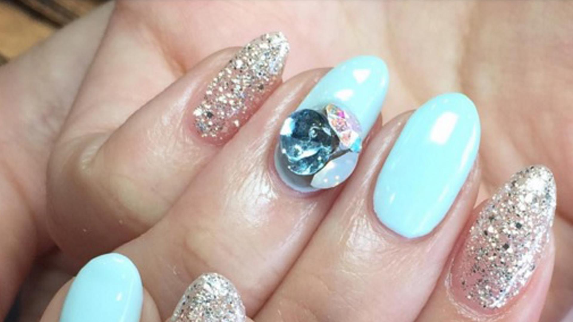 Las uñas de moda llevan piedras y gemas anímate a probar esta glamorosa tendencia