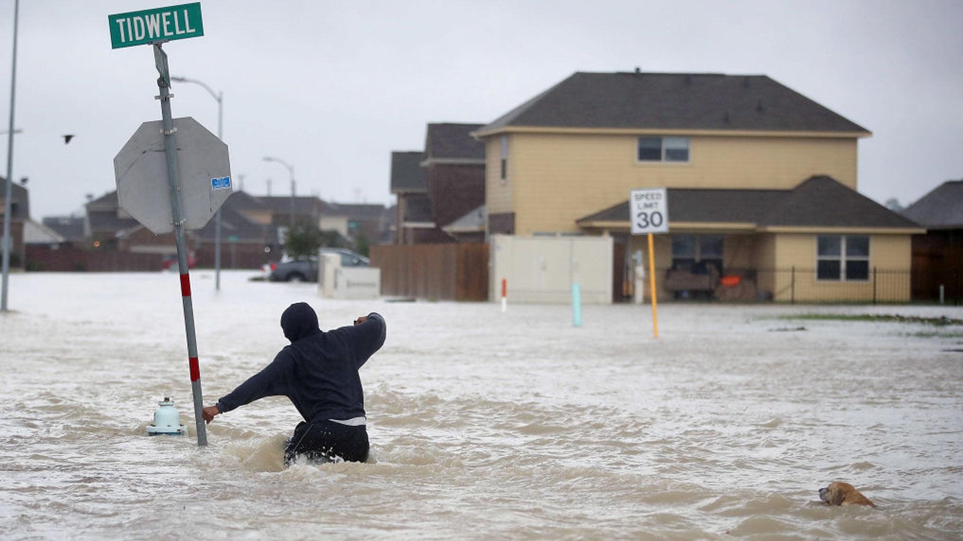 Los afectados por el hurac n harvey tendr n beneficios en for Cleaning out house after death