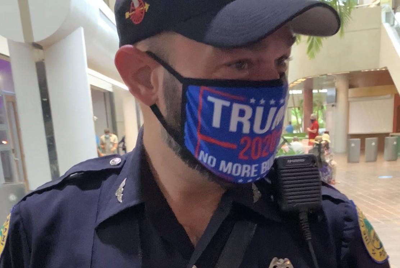 El policía de Miami, Daniel Ubeda, violó la ley al usar mascarilla con el  slogan de Trump