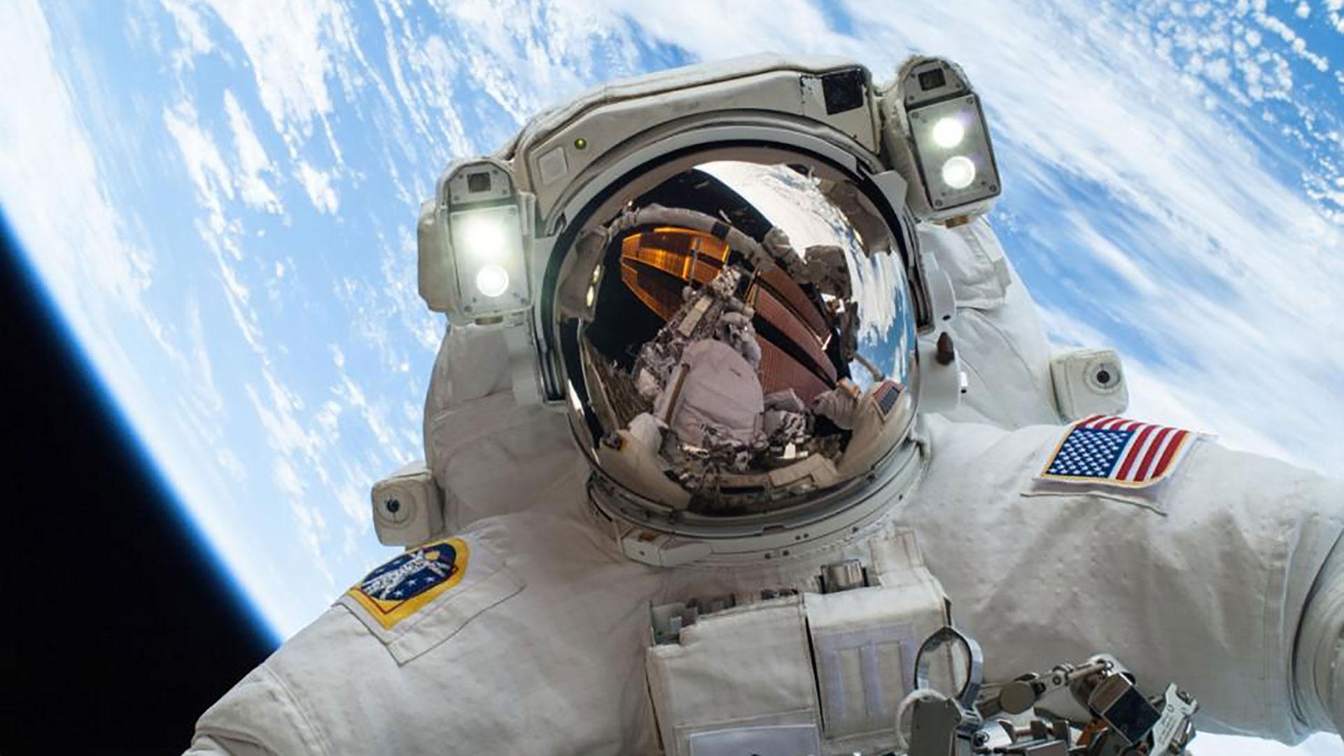 Astronauta Flotando En El Espacio Exterior: Los 11 Mejores Selfies De Astronautas Caminando En El