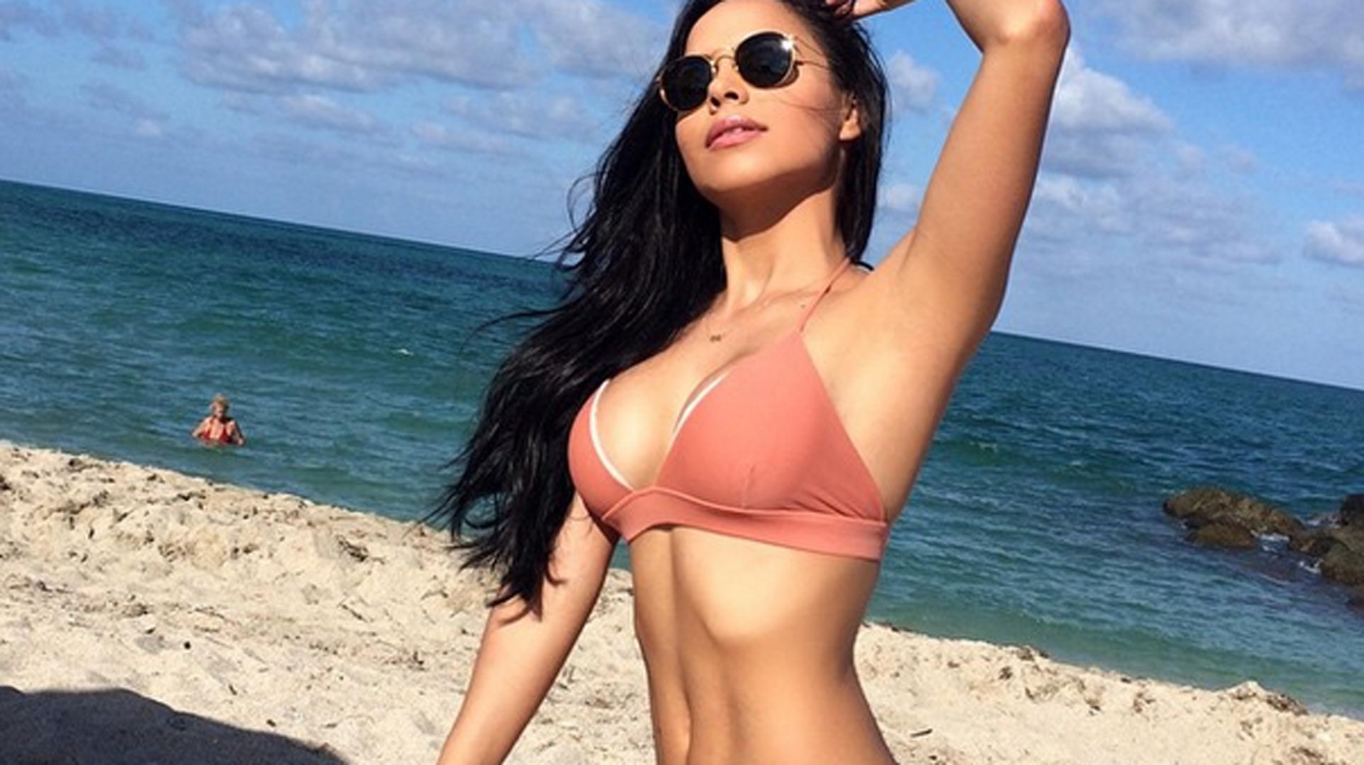 Sexy latina en la playa