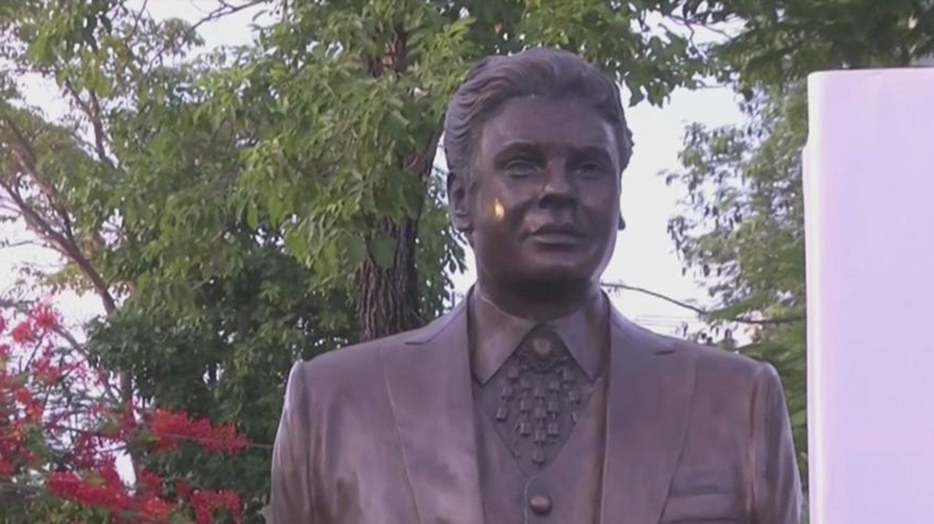 Resultado de imagen para busto de juan gabriel