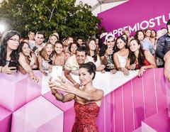 Carmen Villalobos tomándose selfies con los fans en Premios Tu Mundo 2015