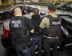 Inmigrantes arrestados durante un operativo de ICE.