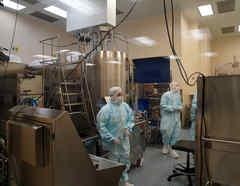 Empleados del laboratorio Emergent Biosolutions, en Baltimore, Maryland, el cual fabrica vacunas contra el COVID-19 para las farmacéuticas AstraZeneca and Johnson & Johnson.