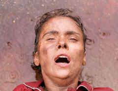 Debora Falabella sucia y mojada en Avenida Brasil