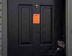 Un aviso de desalojo en una residencia en la comunidad no incorporada de Galloway, el 3 de marzo de 2021, en el oeste de Columbus, Ohio.