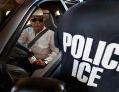 Un agente de ICE inspecciona un vehículo en Hidalgo, Texas, el 28 de mayo de 2010.