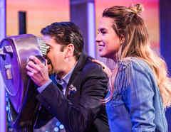 Eduardo Videgaray y Erika de la Vega usando el mirador del set de Ya Era Hora
