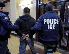 Hombre siendo detenido por agentes ICE en EEUU