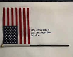 La bandera americana reposa encima de un sobre con documentos en una oficina de USCIS en Florida.