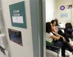 Pacientes esperan en Nuestra Clinica Del Valle, en San Juan, Texas/AP, archivo.