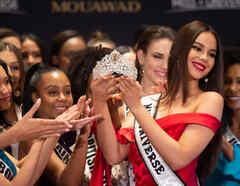 Miss Universo Catriona Gray sosteniendo la corona en la gala preliminar