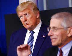 El presidente Donald Trump y el doctor Anthony Fauci en conferencia de prensa.