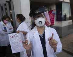 Una trabajadora de un hospital público en una protesta por la falta de equipos de protección y capacitación en Ciudad de México, el 13 de abril de 2020.