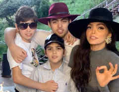 Ana Bárbara posando con sus hijos