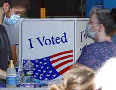 Electores ejercen el voto en las primarias de Pennsylvania de este martes en McKeesport.