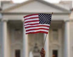 Imagen de archivo de una bandera estadounidense ondeada frente a la Casa Blanca.