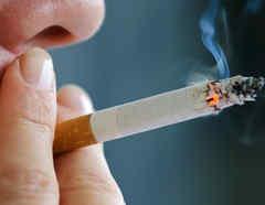 Una mujer fumando en una imagen creativa.