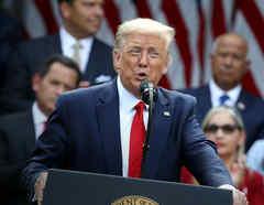 El presidente Donald Trump habla antes de firmar una orden ejecutiva sobre la Iniciativa de Prosperidad Hispana de la Casa Blanca el 9 de julio de 2020 en Washington, DC. Trump se reunió con líderes hispanos más temprano en el día en la Sala del Gabinete.