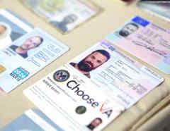 Documentos que acreditan las identidades de los exmilitares estadounidenses Airan Berry (a la derecha) y Luke Denman (a la izquierda), mostrados por autoridades venezolanas.
