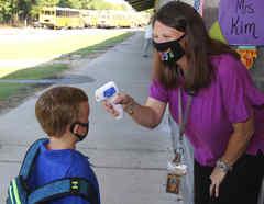Toma de temperatura a un niño de 5 años a su entrada en su escuela primaria de Decatur, Mississippi, el pasado 3 de agosto.