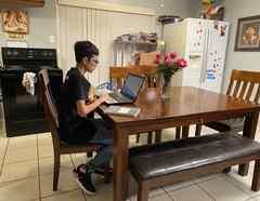 El estudiante Roberto Gómez hacía sus tareas de la escuela en la única laptop de la familia.