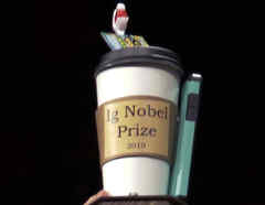 Imagen del premio a los ganadores del IG Nobel 2019, y que este año 2020 fue virtual.