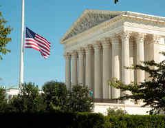 Bandera de EE.UU. ondea a media asta en la Corte Suprema para honrar a la magistrada Ruth Bader Ginsburg.