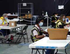 Trabajadores preparan boletas para enviar por correo en el Condado de Wake, Carolina del Norte.