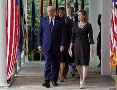 El presidente Donald Trump camina junto a la jueza Amy Coney Barrett en la Casa Blanca.
