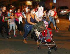 Un grupo de personas migrantes caminando por San Pedro Sula, Honduras, el 30 de septiembre de 2020.