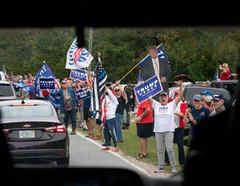 Partidarios de Trump ondearon carteles y banderas a orillas de una carretera por donde pasaba el aspirante presidencial demócrata, Joe Biden, en Warm Springs (Georgia)