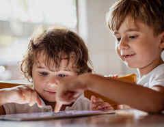 Niños con tableta