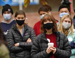 Estudiantes usan mascarillas para ayudar a prevenir la propagación del coronavirus mientras asisten a un evento de campaña en Brunswick, Maine.