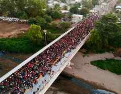 Miles de migrantes centroamericanos huyen de la pobreza y violencia en sus países, y emprenden rumbo a EEUU
