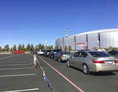 Personas acuden este lunes a vacunarse contra el COVID-19 en el estacionamiento exterior del State Farm Stadium de Glendale, Arizona.