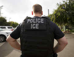 Un oficial del Servicio de Inmigración y Control de Aduanas (ICE) en Escondido, California.