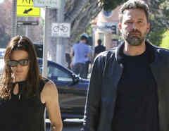 Ben Affleck y Jennifer Garner juntos caminando en la calle.