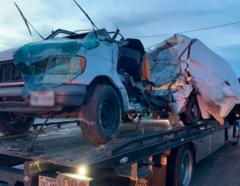 La camioneta Ford blanca que se accidentó cuando transportaba a 30 personas en Encino, Texas