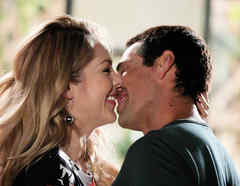 Erika de la Rosa y Gabriel Porras riéndose y besándose en Bajo El Mismo Cielo