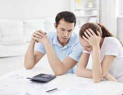 Prioriza tus deudas. Haz una lista y organízalas en orden de importancia. Normalmente, los pagos de la hipoteca y del vehículo son prioritarios, pues garantizan alojamiento y transporte al trabajo. Foto: iStock